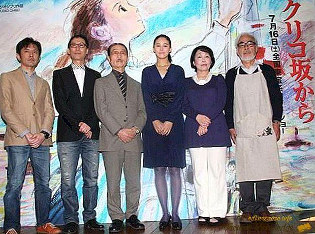Fotografía Akemi, Hayao y Goro Miyazaki en posando frente a la cámara sobre un escenario.