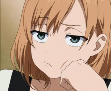 Imagen tomada de un anime con un primer plano de la protagonista con expresión de molestia.