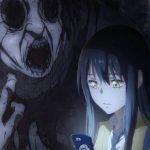 Imagen tomada del trailer de 'Mieruko-chan' con la protagonista mirando su teléfono mientras la observa una horrible criatura.