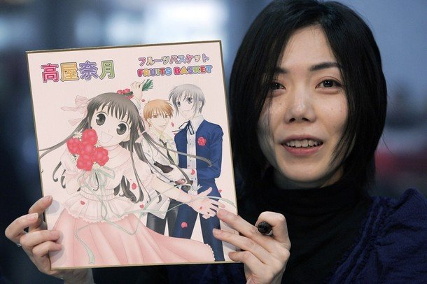 Fotografía de Natsuki Takaya sosteniendo el manga de Fruits Basket.