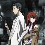 Imagen tomada del anime 'Steins;Gate' con los protagonistas mirando en direcciónes contrarias mientras al fondo se ven pantallas con cosas que ocurrieron en la serie.