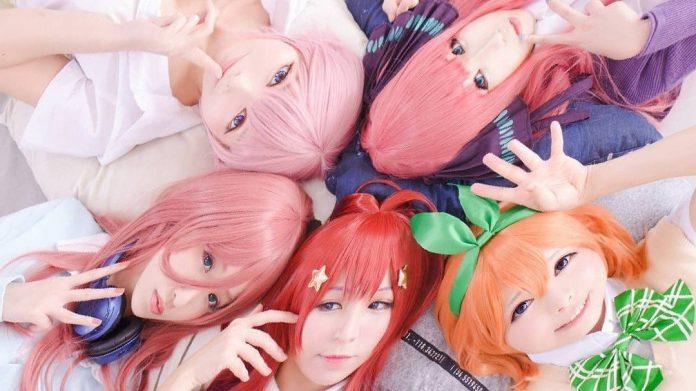 Fotografía de las cosplayers Olivie, Hanari, Silver here, Toto cosplay y Luffy Lam acostadas en el piso y mirando hacia la cámara.