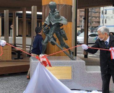 Fotografía de la estatua de Levi con los gobernadores de Hita retirando el manto blanco.