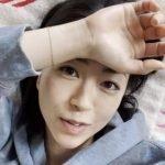 Captura del video de One Last Kiss de Hikaru Utada, con la cantante recostada mirando a la cámara