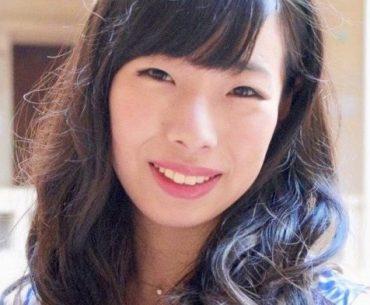 Fotografía de Hiroko Utsumi mirando a la cámara con una sonrisa en el rostro.