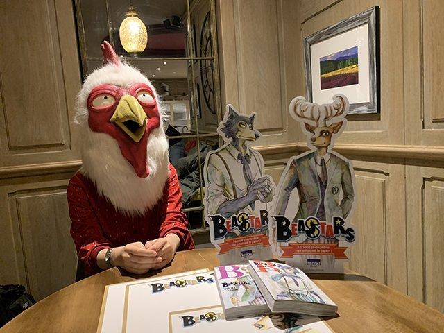 Fotografía de Paru Itagaki sentada en una mesa con el manga 'Beastars'.