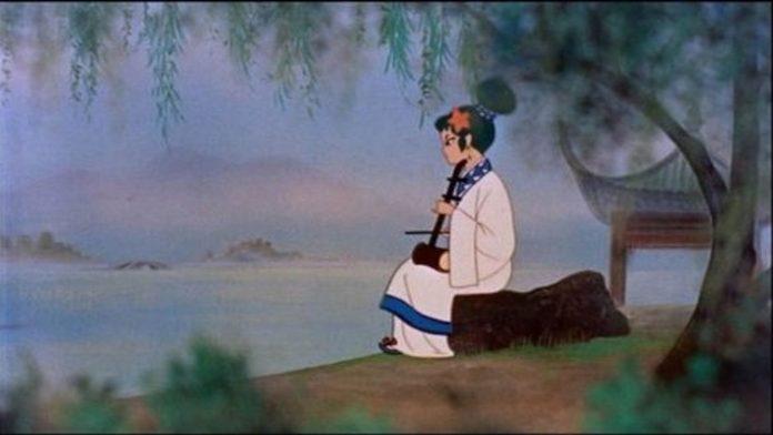 Imagen tomada de la cinta 'Hakujaden' con la protagonista de espaldas mientras toca un shimasen frente al lago.