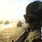 Un soldado montado en un helicóptero de Warzone