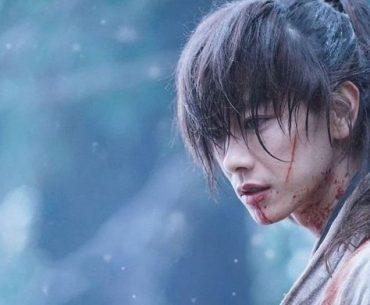 Imagen tomada de la película 'Rurouni Kenshin Saishūshō The Final' con Kenshin de perfil con una sola cicatriz.