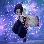 Imagen tomada del trailer de 'Demon Slayer: Kimetsu no Yaiba – Hinokami Keppuutan' con Shinobu Kocho saltando hacia delante y preparada para la batalla mientras al fondo se ven mariposas revoloteando en una niella violeta.