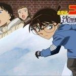 Imágen promocional de 'Detective Conan Movie: Quarter of Silence' con Conan bajando por una colina nevada mientras al fondo de ven todos sus compañeros.