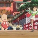 Imagen tomada de 'Sen to Chihiro no Kamikakushi' con la protagonista corriendo a través del puente y todos sus amigos despidiéndonos.
