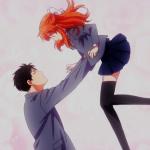 Imagen tomada del.anime 'Gekkan Shoujo Nozaki-kun' con el protagonista cargando a su enamorada en un fondo rosa.