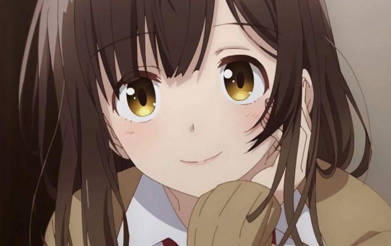 Imagen tomada del anime 'Hige wo Soru. Soshite Joshikousei wo Hirou.' con un primer plano de la protagonista sonriendo a la cámara.