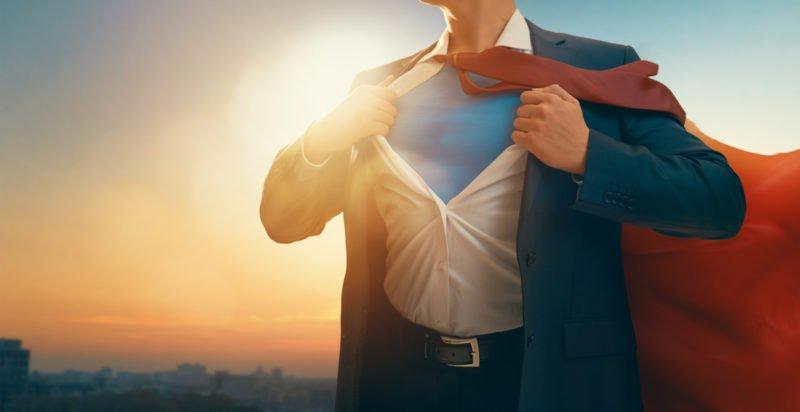 Hombre convirtiéndose en Superman