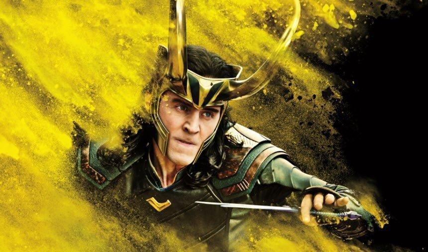 Loki con su daga en un fondo de color negro y amarillo