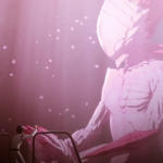 Imagen tomada del teaser de 'Sidonia no Kishi: Ai Tsumugu Hoshi' con un ser espacial tomando las manos de un humano en tonos rosa.