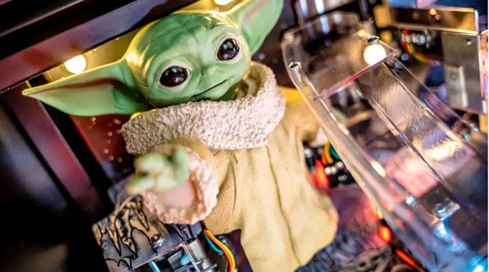 Baby Yoda en una máquina de pinball
