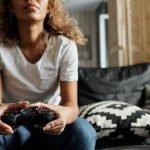 Mujer jugando con un mando de videojuego