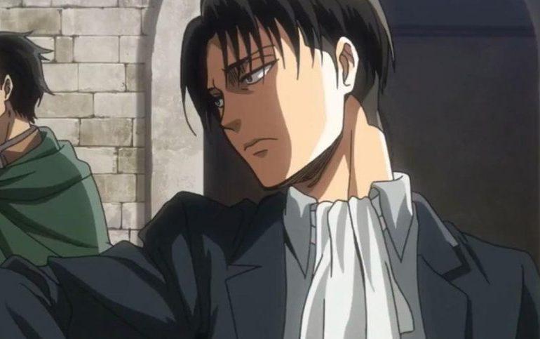 Imagen tomada del.anime 'Shingeki no Kyojin' con Levi vestido de civil y mirando a la izquierda.